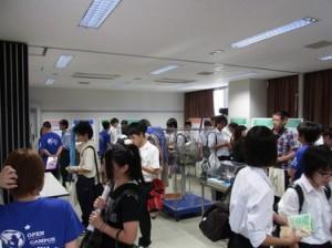 多くの来訪者で賑わうパネル展示会場