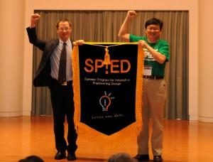 SP!ED フラッグの親授式(右:江教授,左:Pan教授)