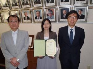 (写真左から,新苗正和学生委員長,受賞者吉田泰子さん,進士正人研究科長)