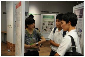 在校生による機械工学科パネル・展示品説明