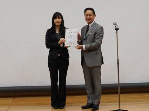 表彰式での毛利衛宇宙飛行士(右)と吉田泰子さん(左)
