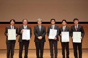 藤田日本燃焼学会会長(左から3人目)と受賞者の方々(左端:三上教授)