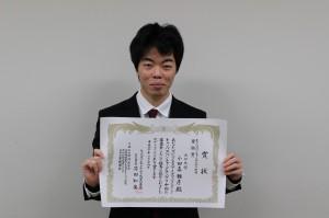 賞状を手に取る小田喜さん