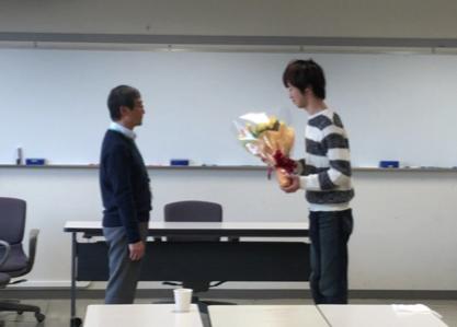 教え子から花束贈呈