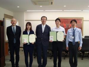 写真右から二人目が受賞者小口瞳史さん